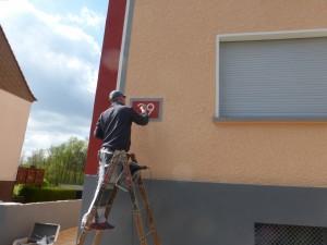 Richard Paulin zeichnet die Hausnummer